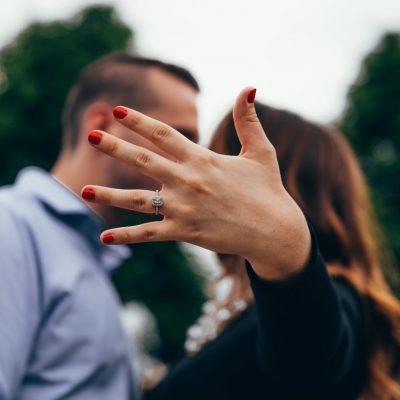 Hoe vraag ik mijn partner ten huwelijk? Tips voor het perfecte huwelijksaanzoek