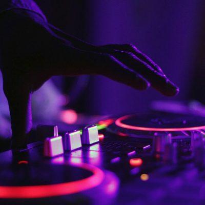 Tips voor het inhuren van een DJ voor je bruiloft